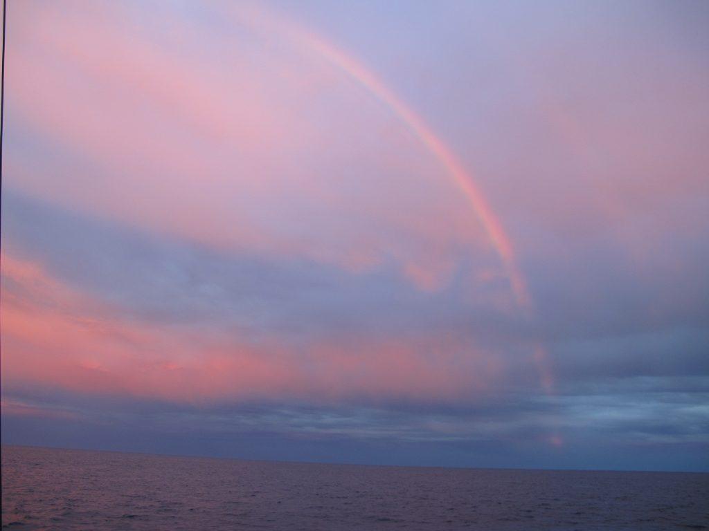 Og mens vi koser oss går solen ned, og viser oss spektakulære farger.