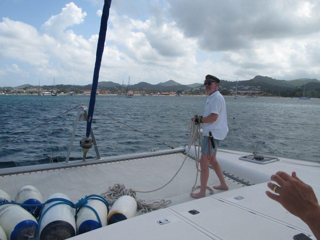 Robert gjør klar fortøyningene. Nå skal vi i havn.