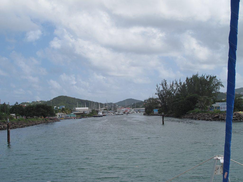 Kanalen inn til Rodney Bay. Den ser noe trang ut når vi er vant til det vide Atlanterhavet.