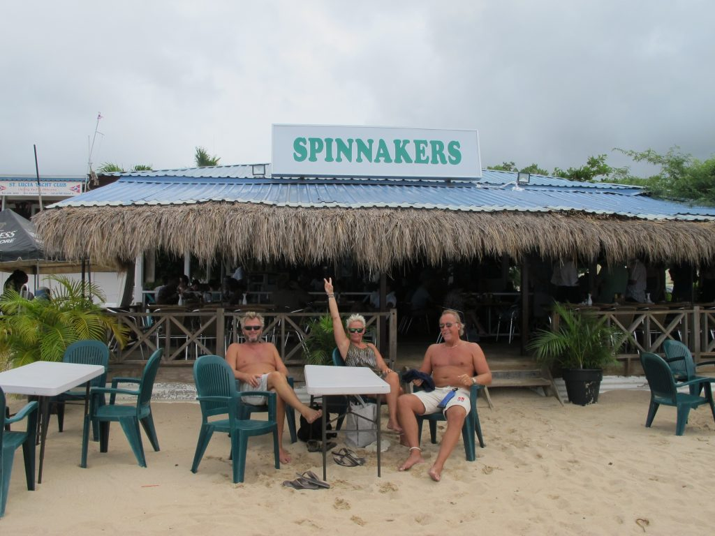 Endelig på plass i sanden foran Spinnakers.