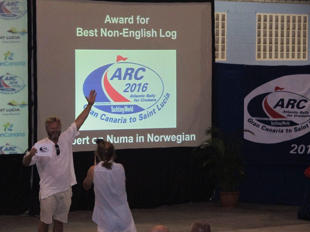 Kapteinen tok stolt imot premien på Roberts vegne. Og det var til stormende applaus. Vi er mange nordmenn her nemlig.