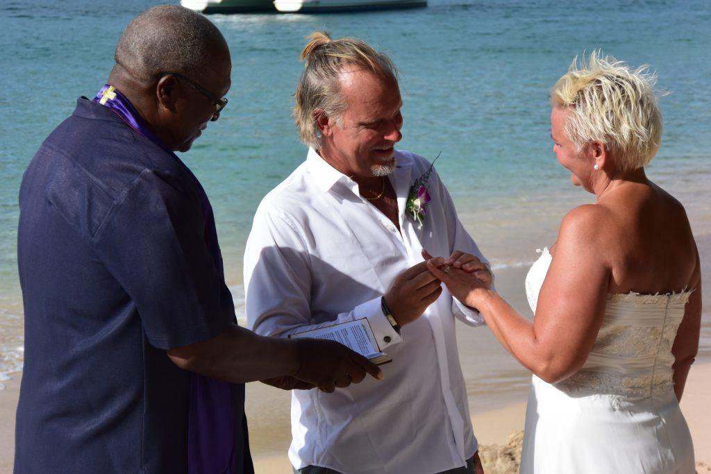 """Og hva er det de sier? """"With this ring I thee wed"""". Og så rørt og lykkelige."""
