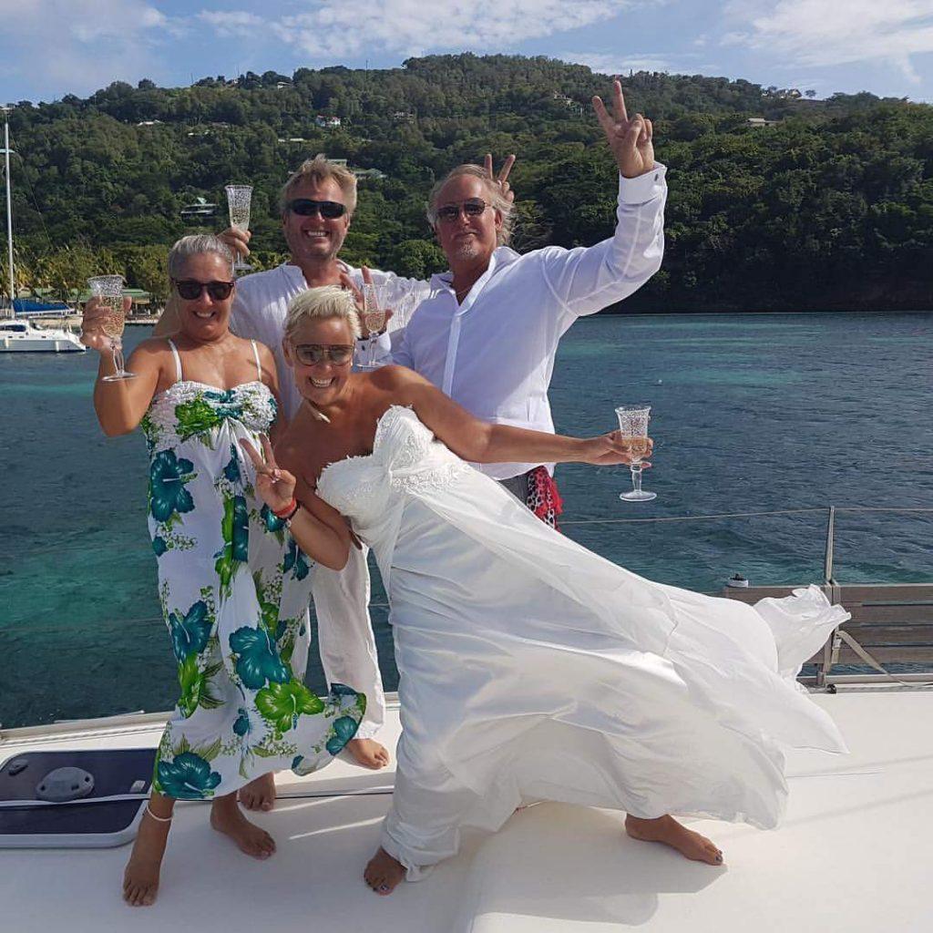 Brudeparet med forlovere. Vi nyter champagnen.