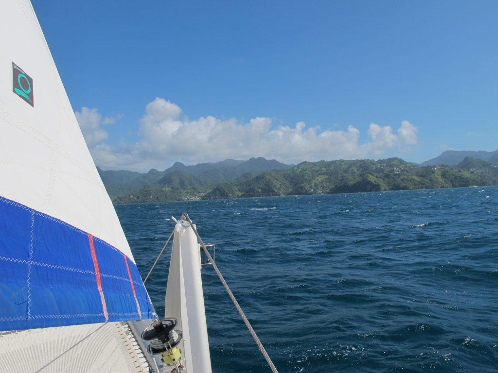 Vakre Bequia i det fjerne. Her i karibien er det knallgrønt på alle øyene.