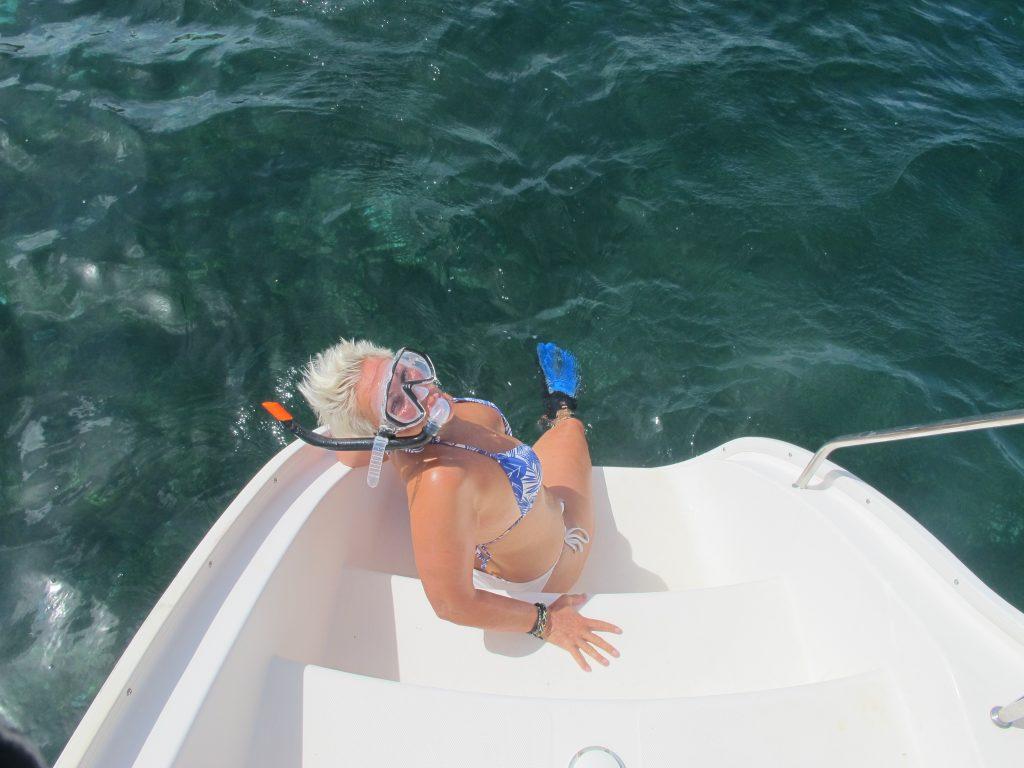 Mona er klar. Svømmeføtter, dykkemaske og snorkel er på plass. Så da drukner hun sikkert ikke.