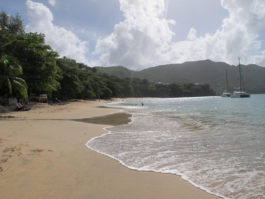 Et sted på denne vidunderlige stranden skal vielsen finne sted.