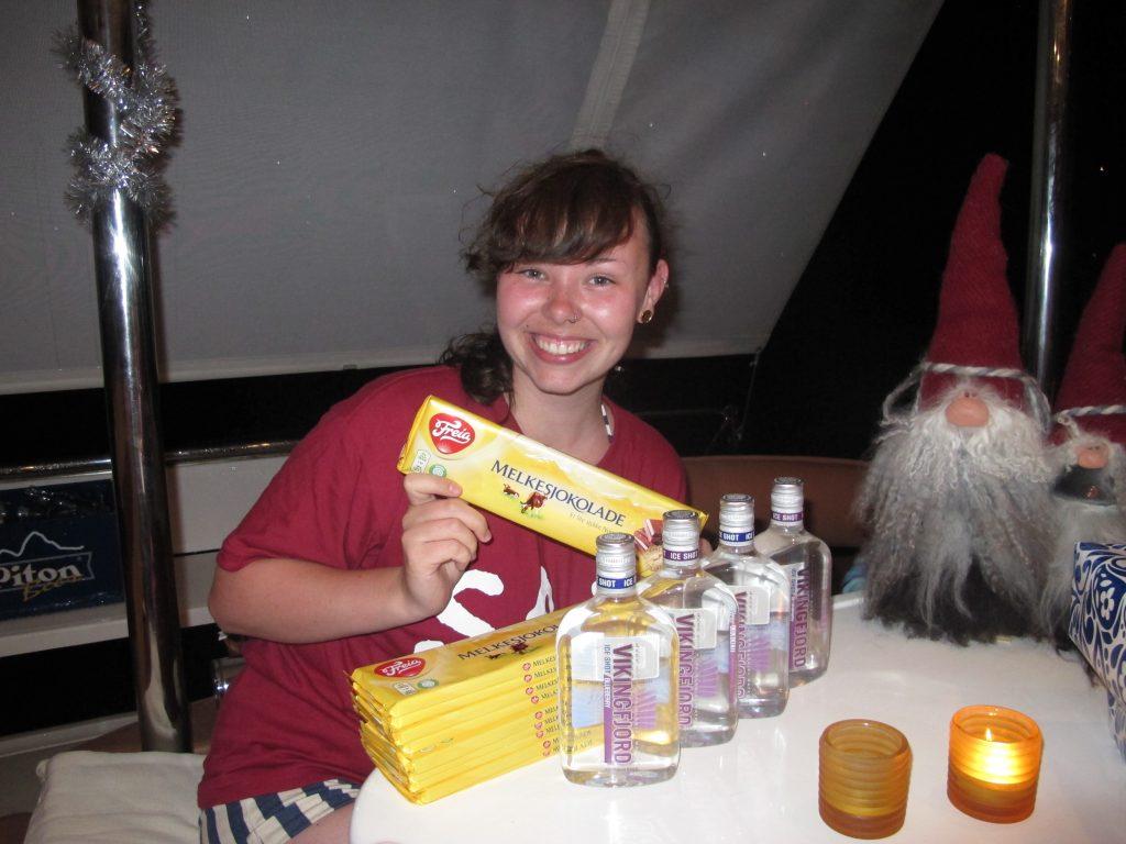 Ida er lykkelig over gaven fra Ole Martin. Norsk sjokolade og Vikingfjord.