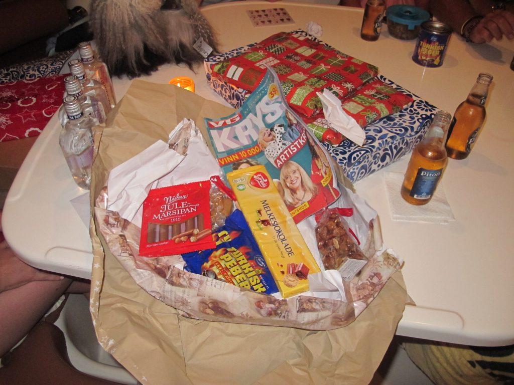 Hanne hadde sendt en gave med Ole Martin. Og den julemarsipanen ble fortært umiddelbart.