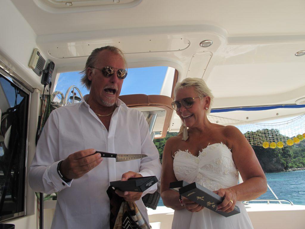 Før vi dro til land var det tid for bryllupsgaver. Eva, Anne-Brith og Inger hadde sendt med sushi kniver med Robert.