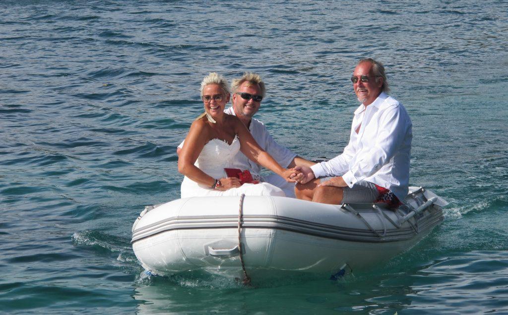 Og her kommer de. Hånd i hånd i jolla. Er man på båttur, så er bryllupsbilen en jolle.