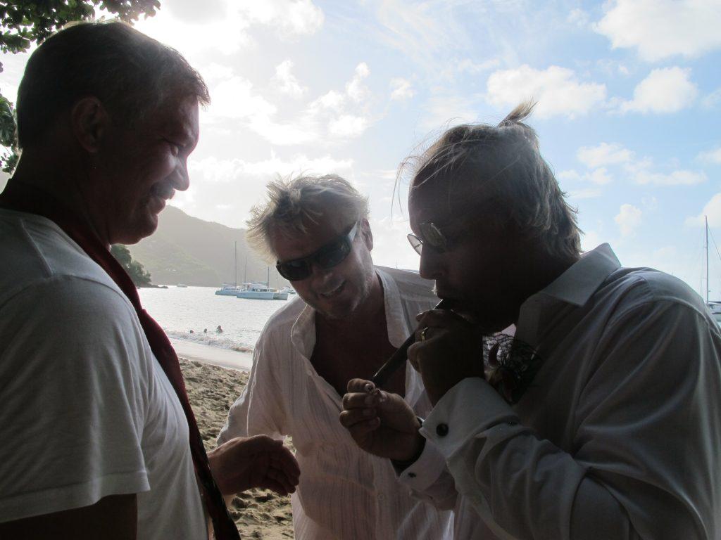 Brudgommen fyrer opp en velfortjent kubansk sigar.