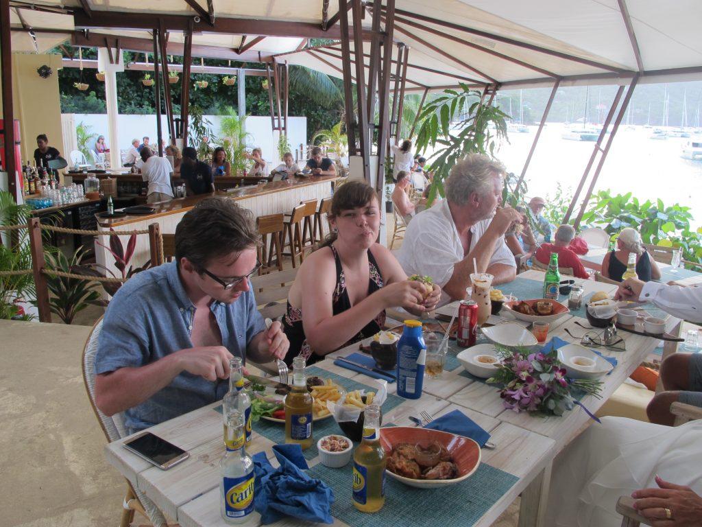 Maten gled ned på høykant. Vi var sultne alle mann.