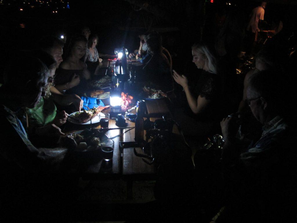 Så mye lys var det jo ikke. Men kanskje var det like greit å ikke se hva vi spiste?