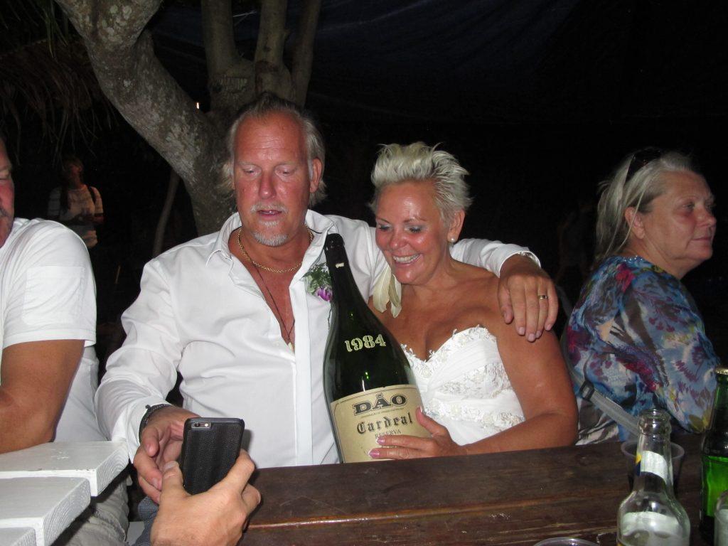 Herr og fru Mattsson koste seg også. De drakk ikke opp all vinen selv. Flere fikk smake.