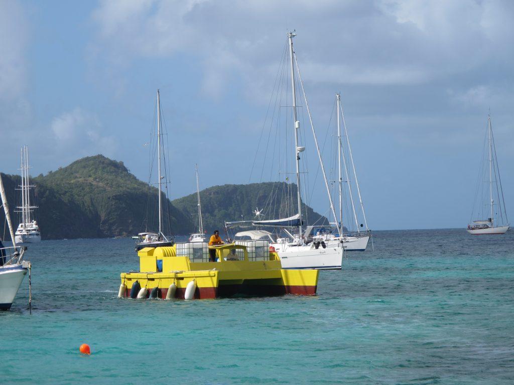 Dette merkelige fartøyet leverer vann og diesel til båtene på ankringsplassen.