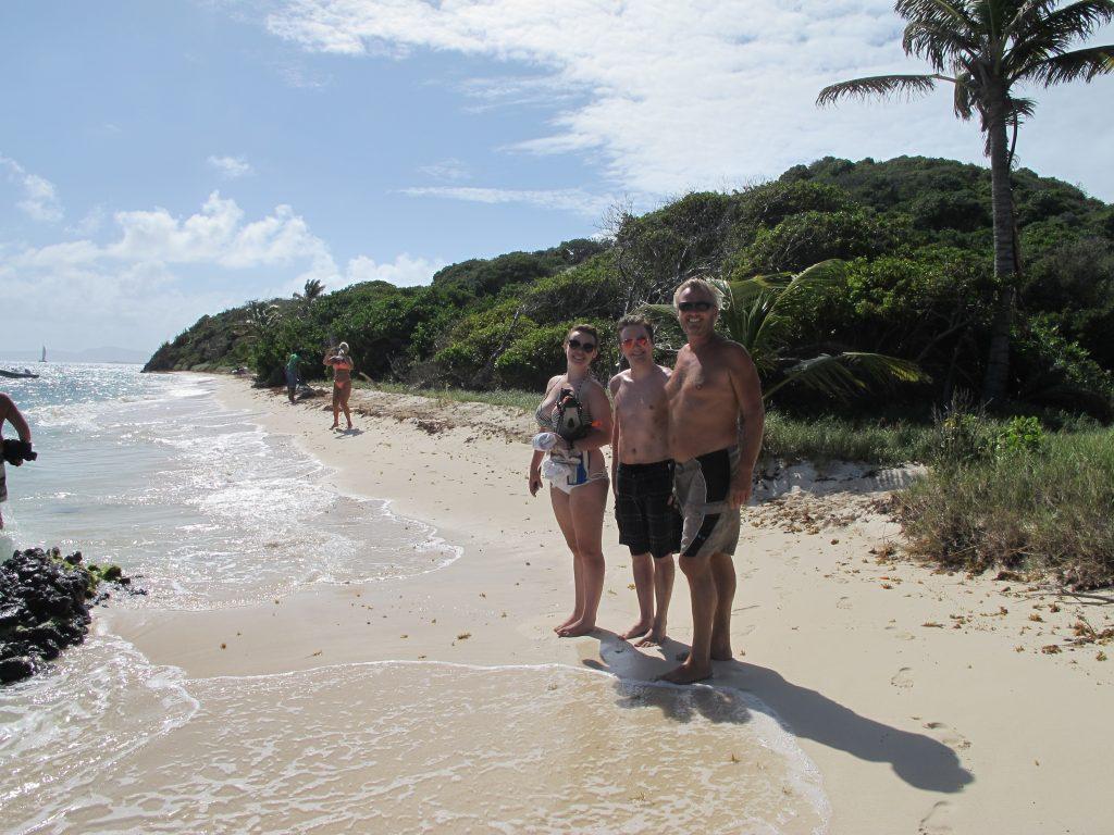 Det var vakkert på den andre siden av øya også, men her var vinden betydelig sterkere. Vi badet og snorklet litt der også.