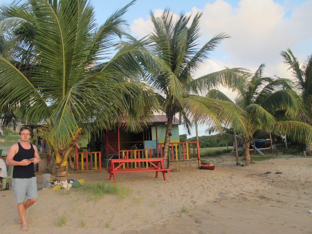 Og nå hadde de begynt å lage mat på stranden. Litt for sent for oss da.
