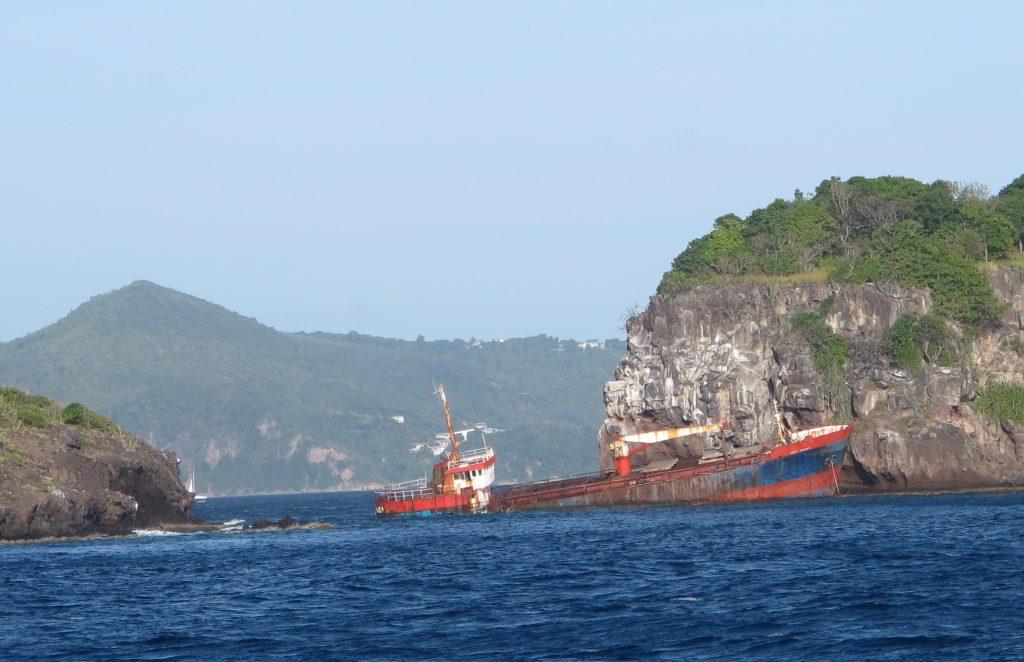 Dette synet møter oss i innseilingen til Admiralty Bay. Kanskje vraket ikke er blitt fjernet for å tjene som en advarsel. Vær forsiktig.