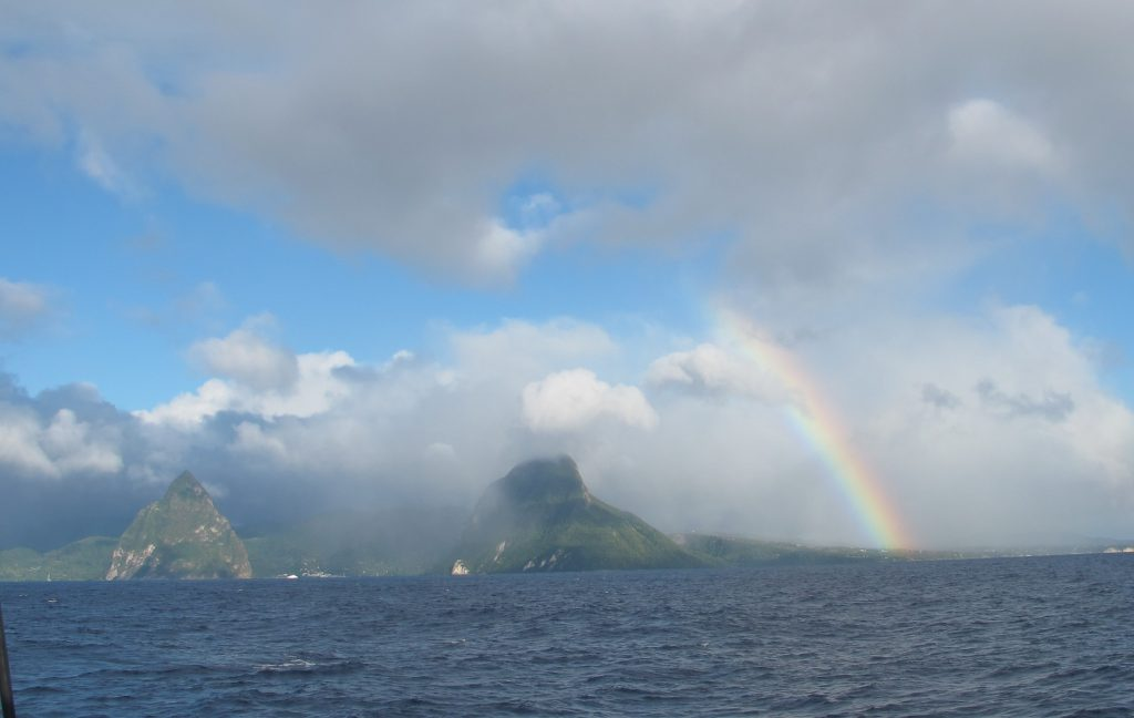 St. Lucia's Pitons innrammet av regnbue og skyer. Vakkert.