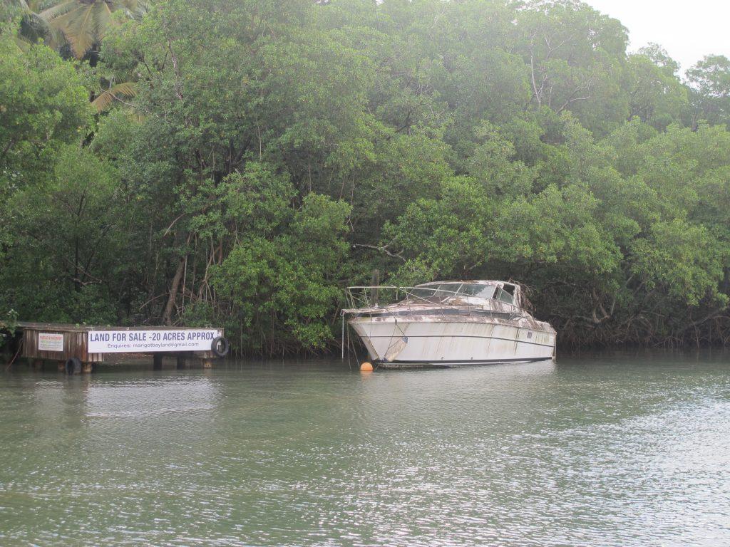 """Noen har glemt å vedlikeholde båten sin. Marigot Bay er et sted der man kan ha båten under orkansesongen. Et såkalt """"Hurricane hole"""". Men kjører båten inn i mangrovene og fortøyer med alt man har av tau."""