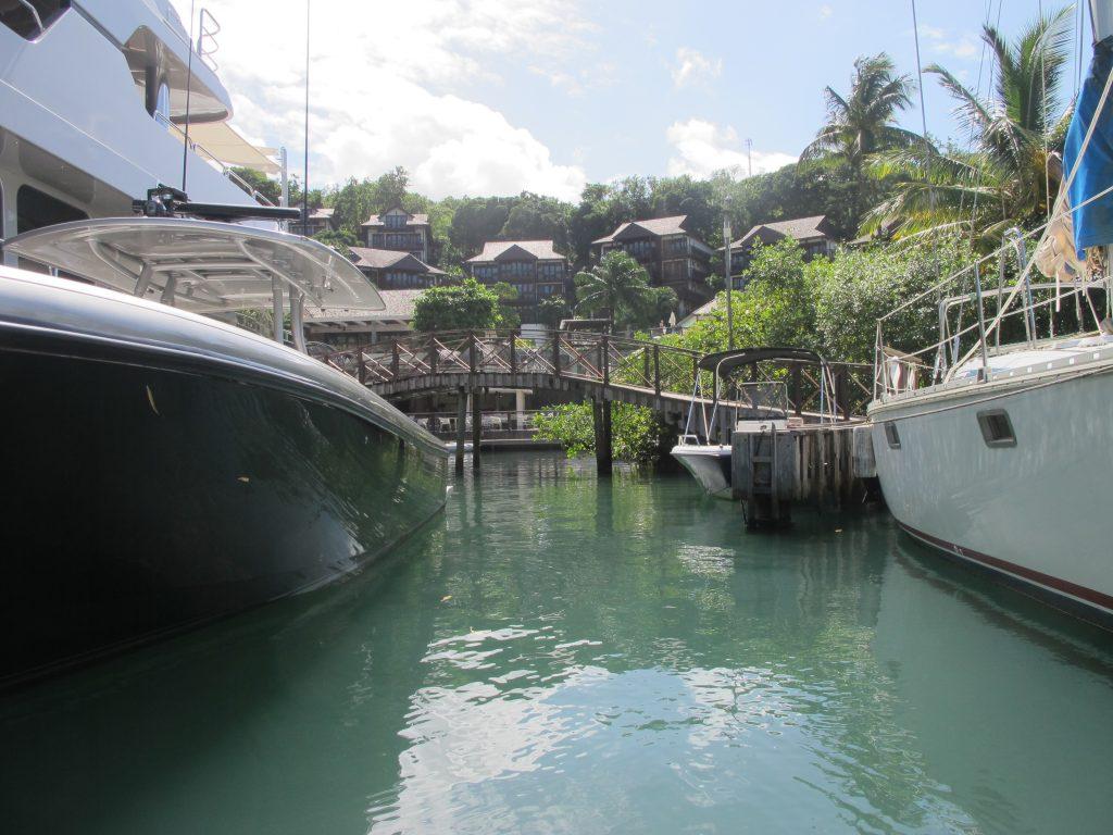 Vi kan jolle helt inn til hotellet. Og fortøye til en egen dinghy dock.