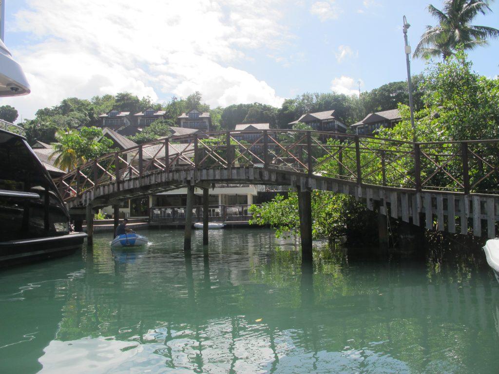 Det er bare å ta seg forbi en superyacht, og der ligger broa. Under der skal vi.