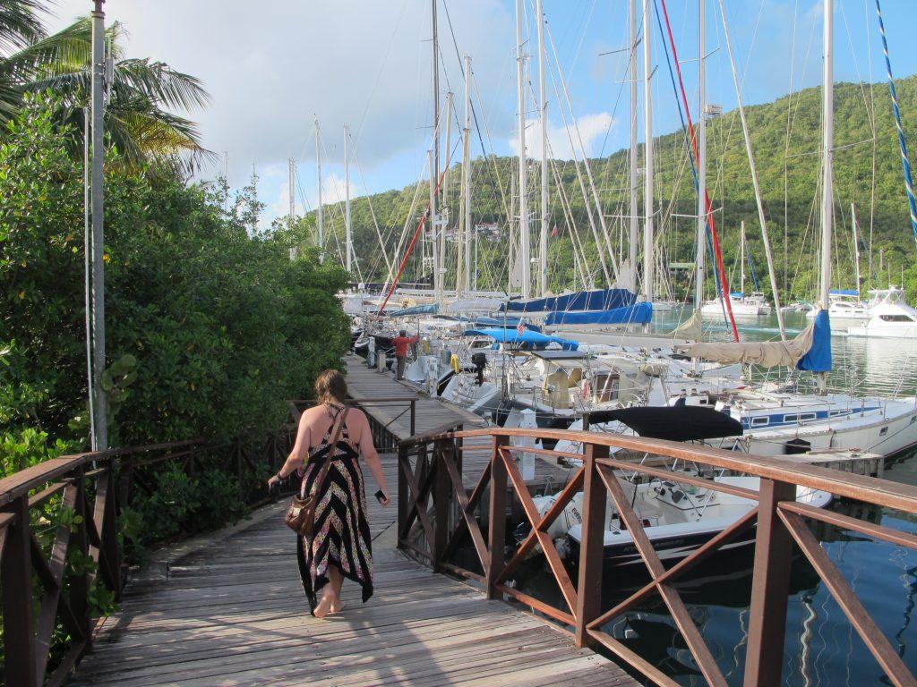 På vei langs marinaen. Det er mange båter som ligger til brygga her.