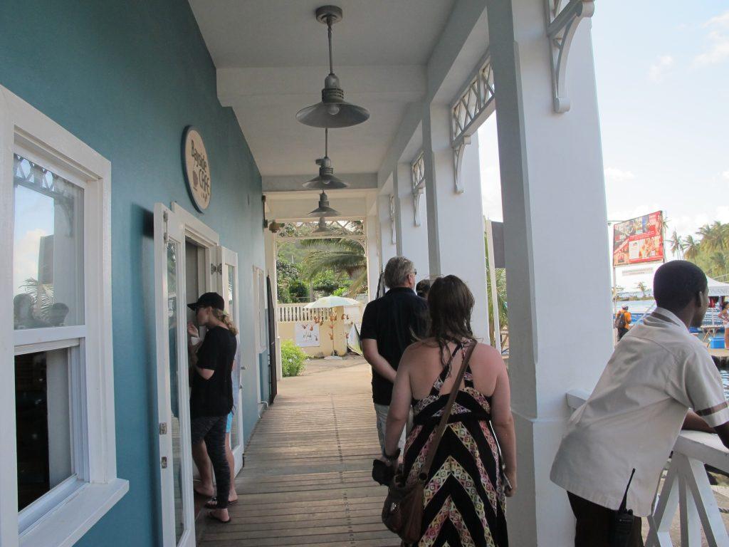 Svalganger og uterom med restauranter og små butikker.