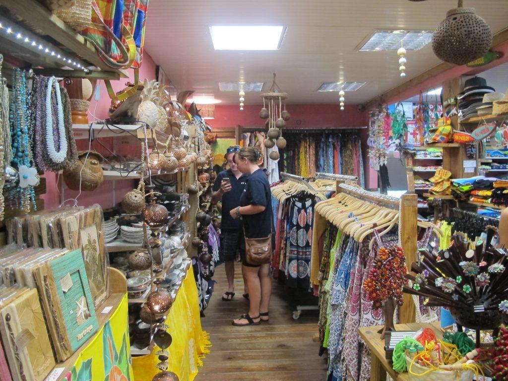 Inne i en av de mange suvernir butikkene. Alle selger mer eller mindre det samme.