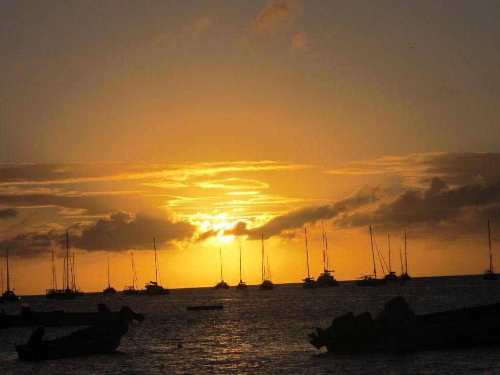 Og da solen stupte i havet, ble himmelen flammefarget. Vakkert.