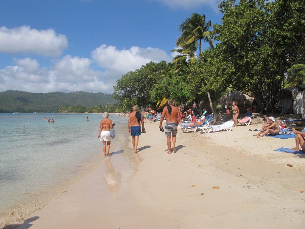 Endelig kunne vi vandre på nabostranden vår. Numa ligger 100 meter ut fra denne stranden.