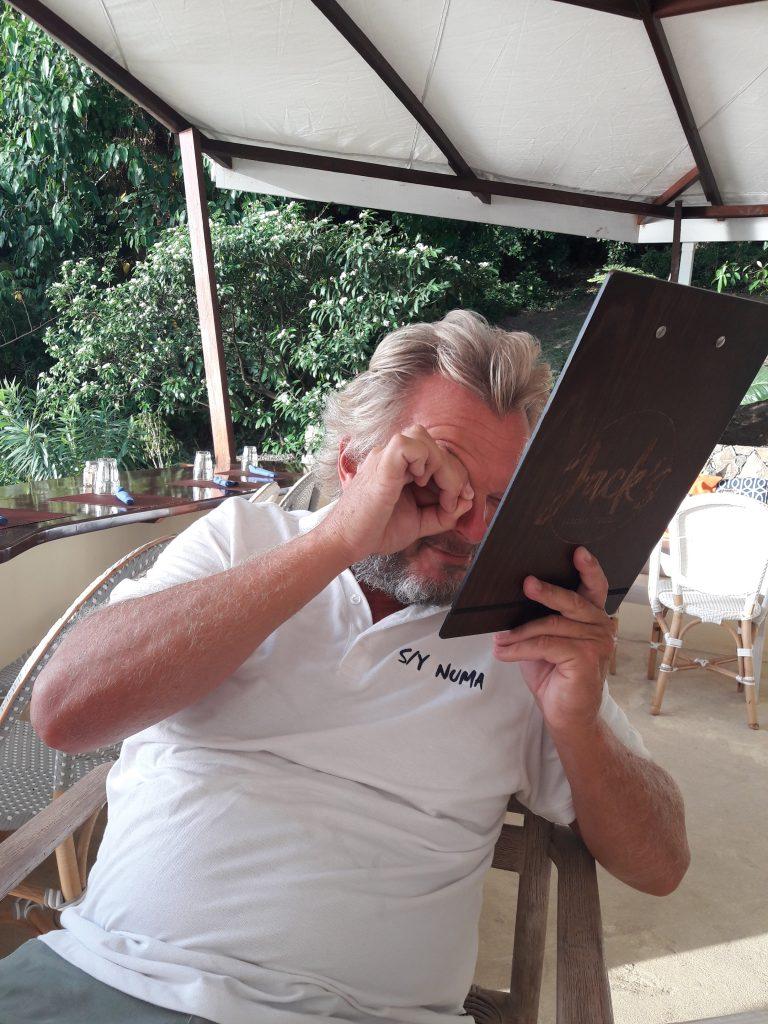 Hvis man f.eks. er på restaurant og har glemt brillene sine. Så demonstrerer Steinar her hvordan man kan gjøre for å klare å lese menyen.