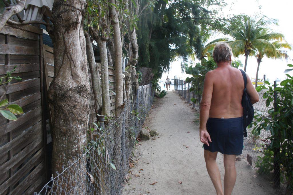 På enden av strandpromenaden fant vi denne stien ned til stranden. Men det førte bare til private strender og resorts tror vi. Alt var gjerdet inn iallefall. Utenom stranden.