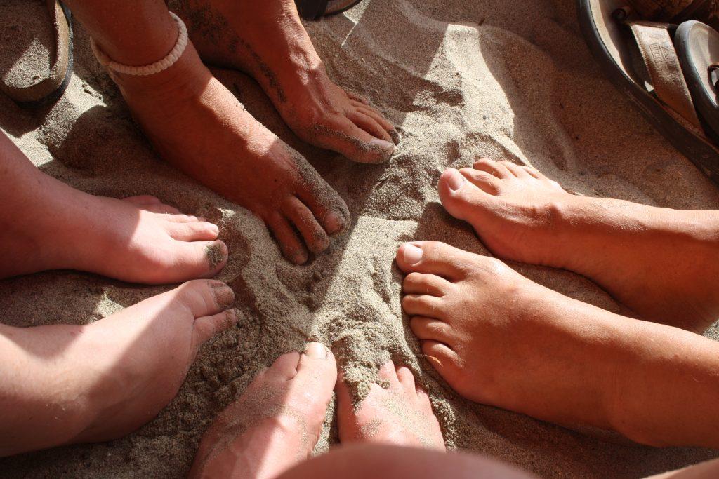 Her er beviset. Vi sitter og spiser med føttene i sanden.