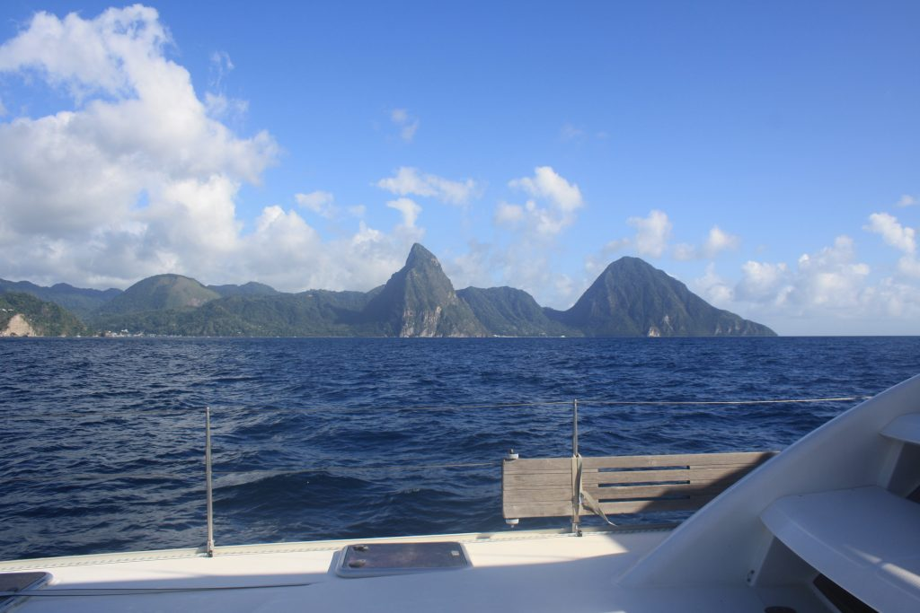 Så har vi atter en gang St.Lucia i sikte. Grand Piton og Petit Piton. (Foto: Rikke S. Bugge)