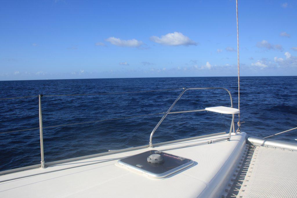 Bølgene forsvinner med en gang vi er i lè av øyene, og seilingen er nydelig. (Foto: Rikke S. Bugge)