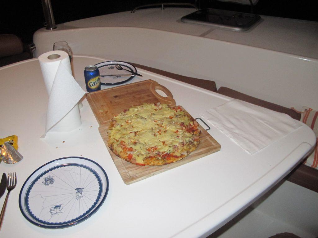 Pizza laget i den elektriske stekepannen. Steinar klarer det også.
