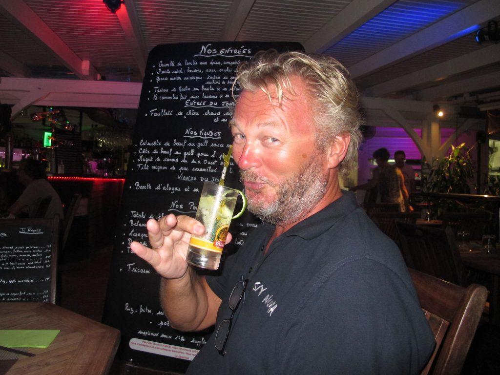 """Kapteinen er ikke fornøyd med hvordan gin tonic drinken ser ut. Altfor """"jentete""""."""
