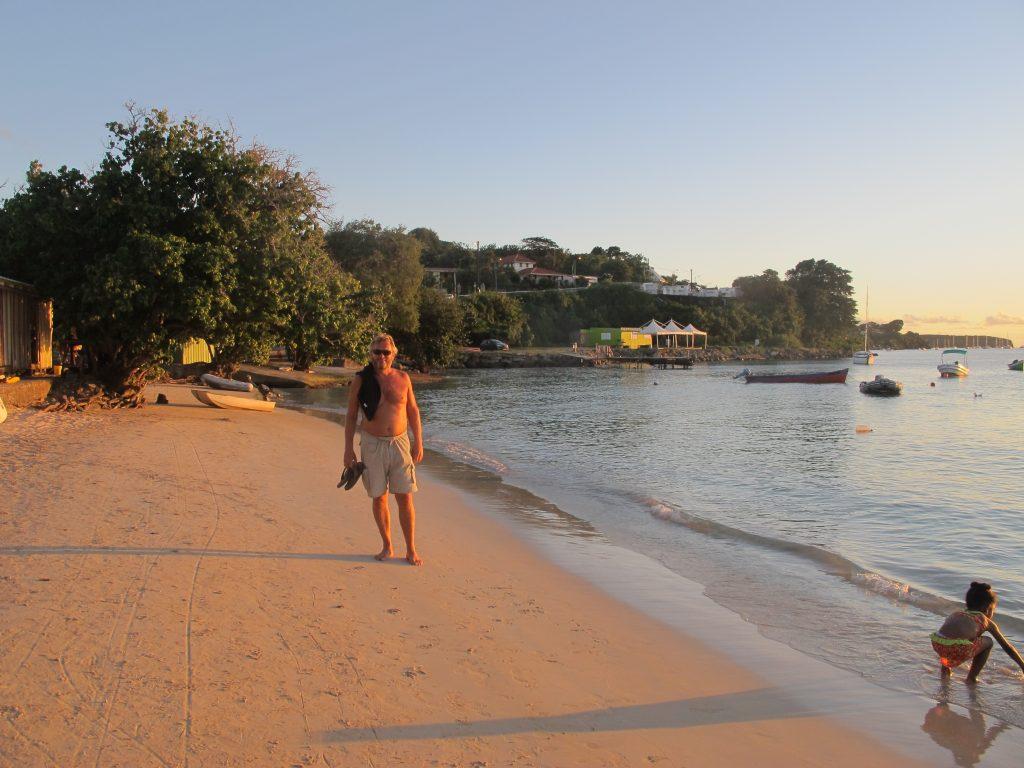 Sola er på vei ned i havet. Vi har kommet til stranden, og sulten gnager.