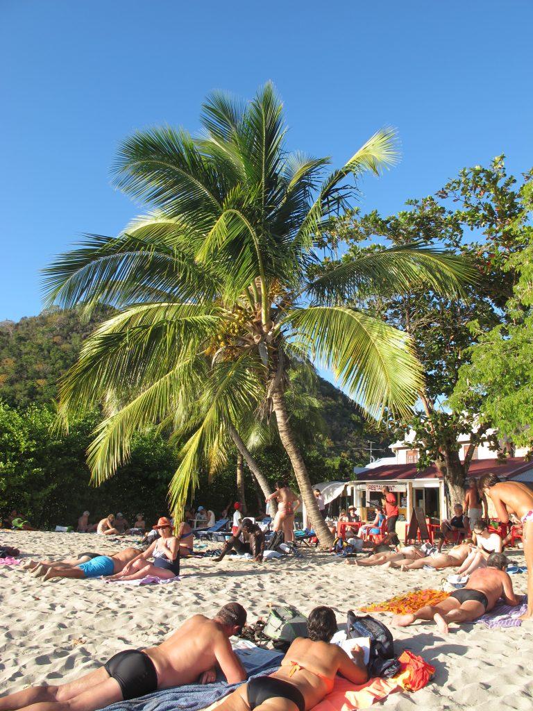 Men til slutt fant vi restauranten vår. Godt gjemt blant soltilbedere, sand og palmer.