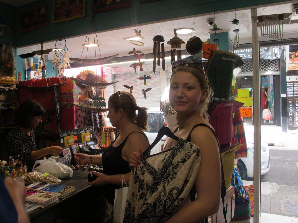 Flagrende gevanter ble handlet. Og en del andre ting også. Selv om butikkene hadde mye rart, var det noe fint innimellom.