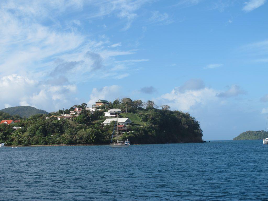 Vi er enige om at vi ikke hadde sagt nei til noen av disse boligene. Utsikten fra båten i Anse Mitan.
