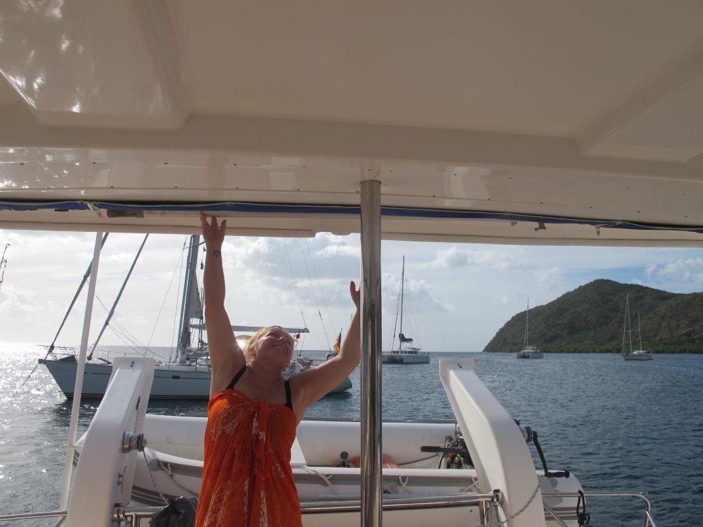 Hanne prøver å henge opp båtshaken. Eller kanskje hun prøver å få tak i den. Vi skal skaffe henne en krakk :)