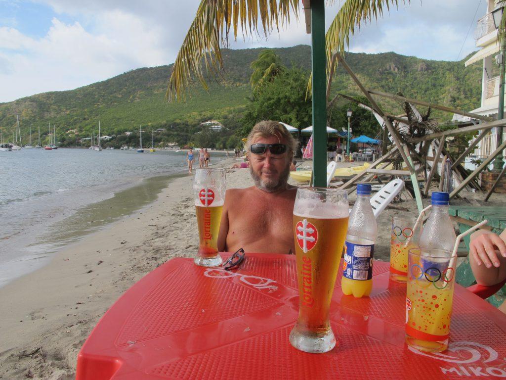 Livet er herlig. Vi har fått drinkene våre, og venter på maten.