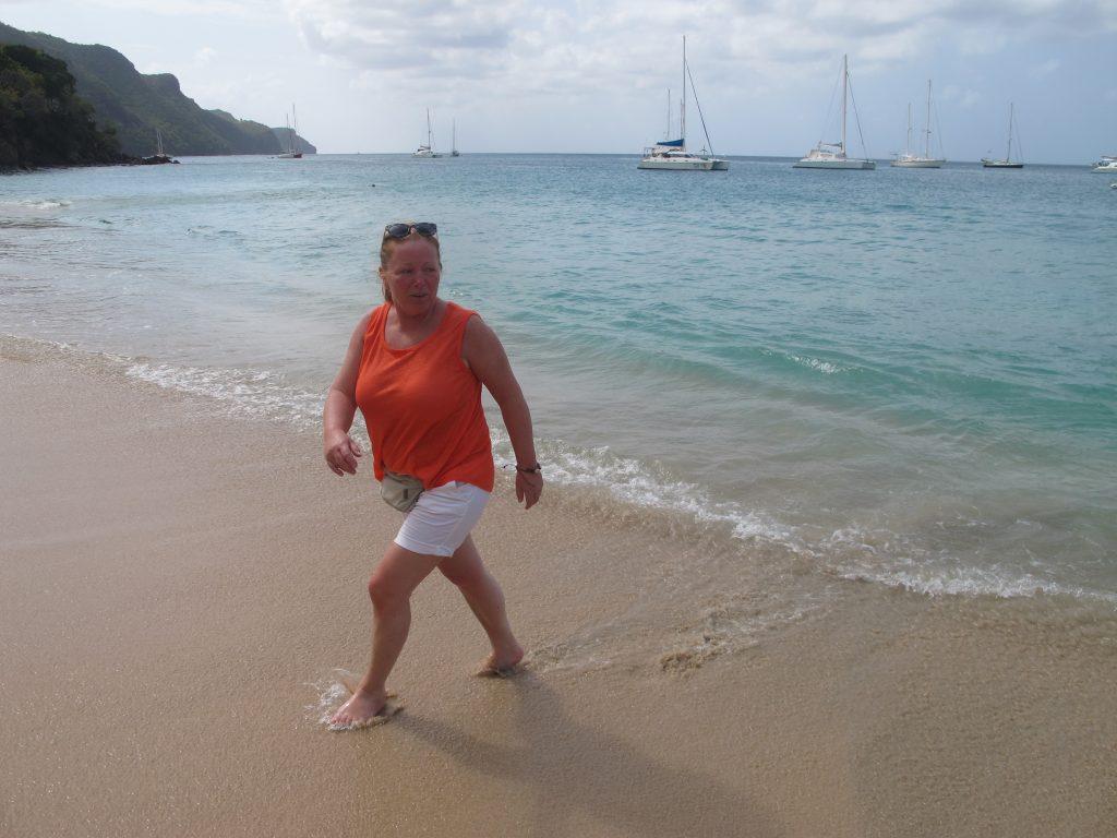 Da har Hanne klart å unnslippe bølgene. Det var skikkelig høyvann, og bølgene slo langt opp på stranden. Litt for langt noen ganger. Vi ble litt våte.