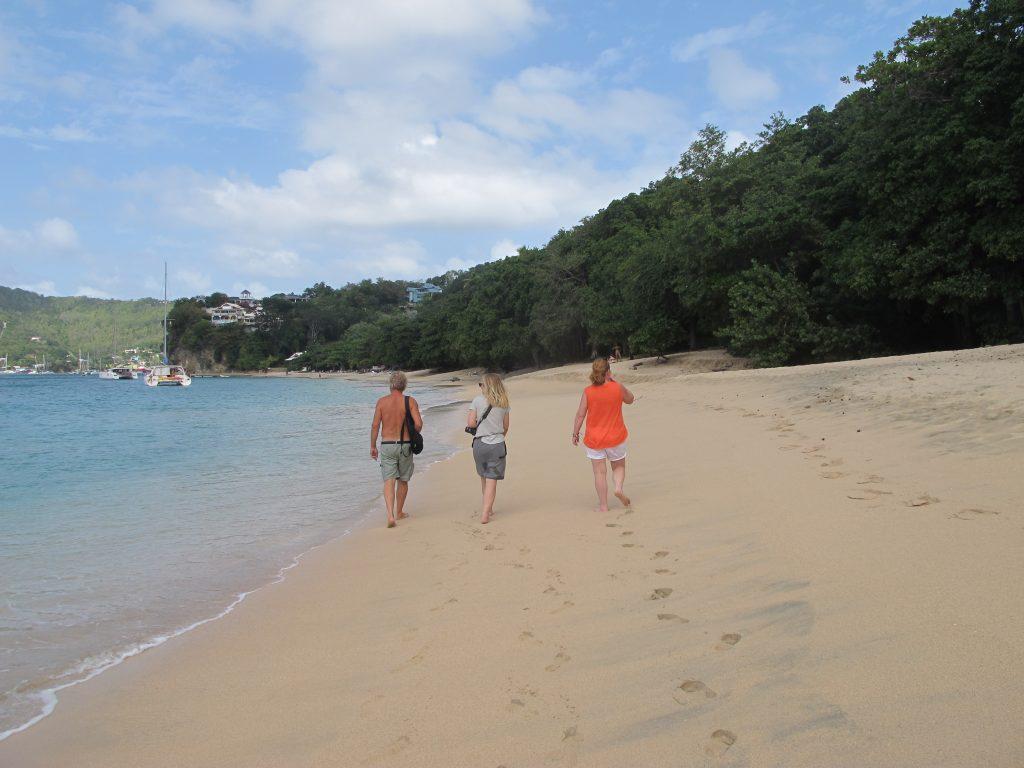 Det er himmelsk å gå barbent i sanden, mens varme bølger visker ut fotsporene.