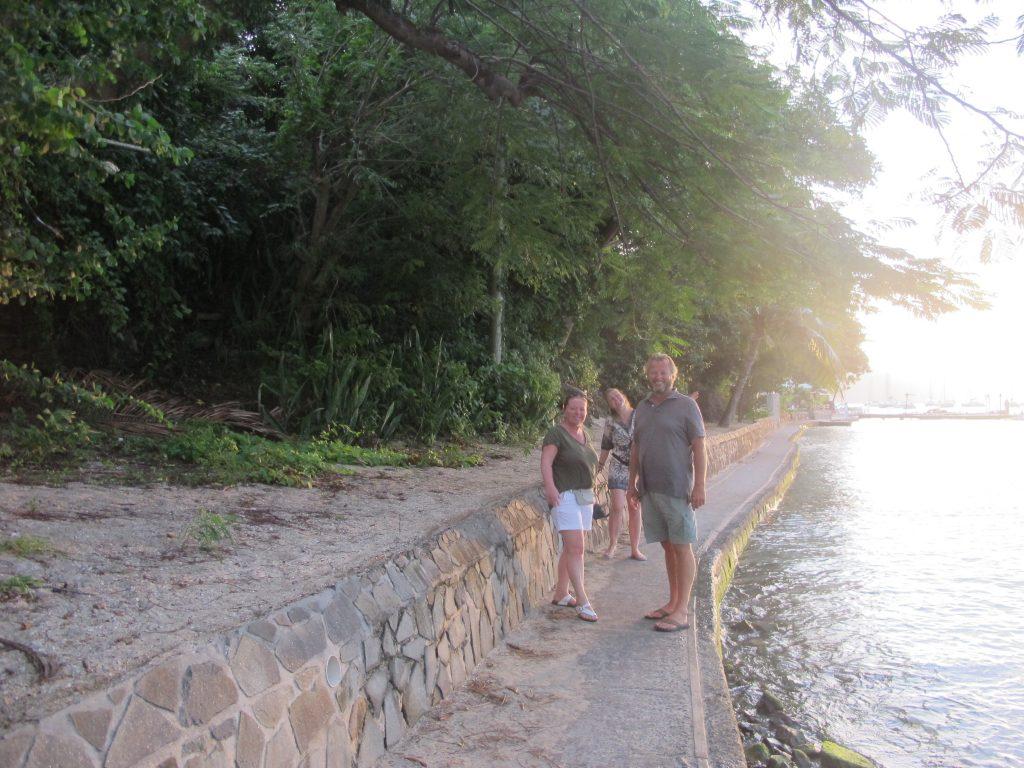 Stien langs vannet har blitt vesentlig forbedret siden vi var her i 2005. Men det betyr jo også at palmene vi måtte klatre over er borte.