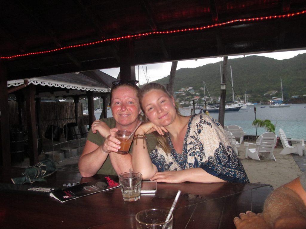 Mor og datter har det slett ikke ille i Bequia.