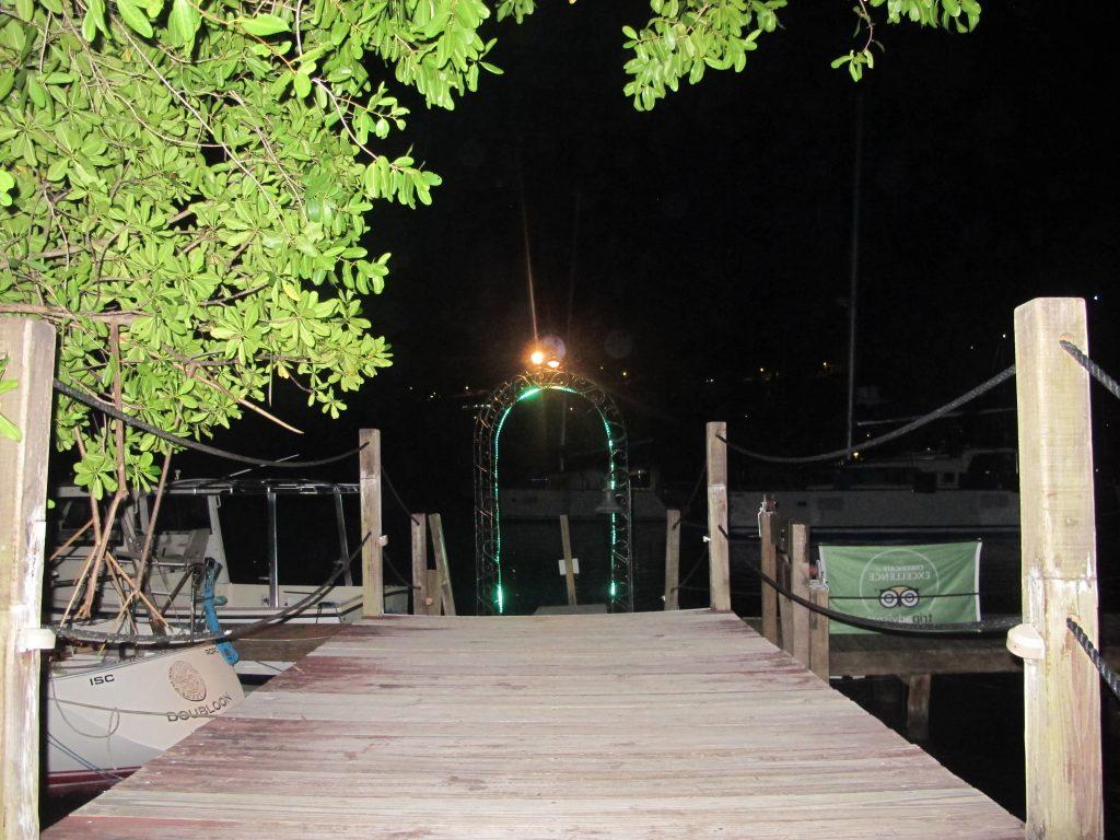 Inngangen for de som kommer med den lille fergen som trafikkerer Marigot Bay.
