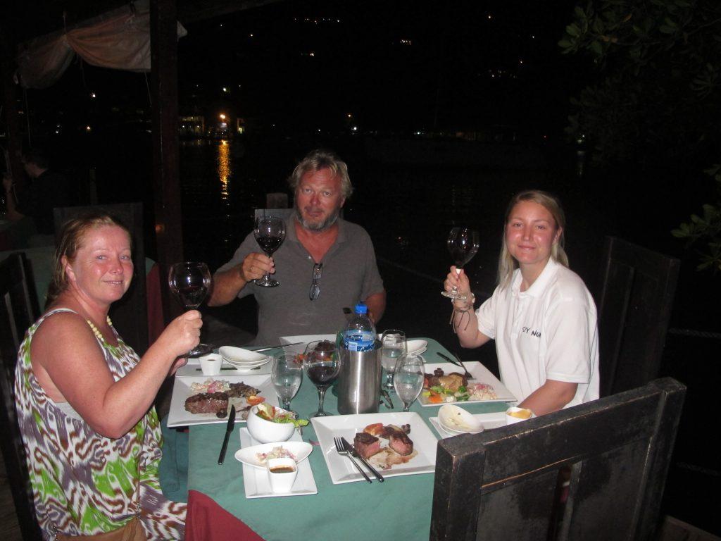 Vi nyter den beste Angus biffen vi har fått hittil, og en deilig spansk vin. Vi nyter livet.